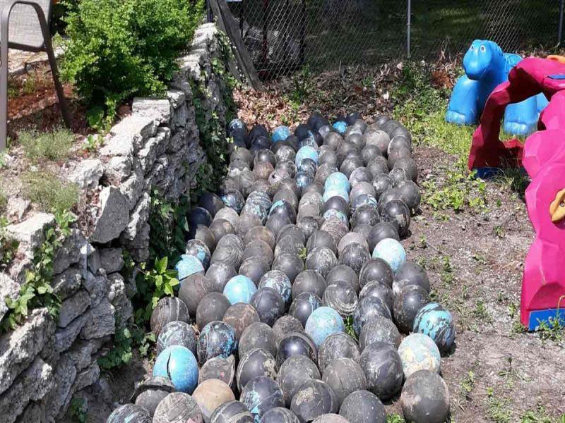 Hombre encuentra 160 bolas de boliche enterradas en su jardín