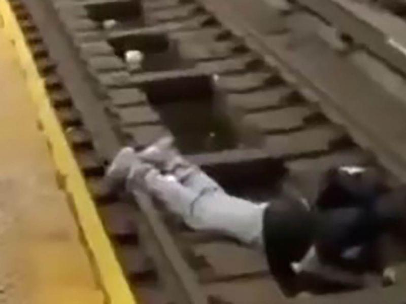Se desmaya y cae a las vías del metro