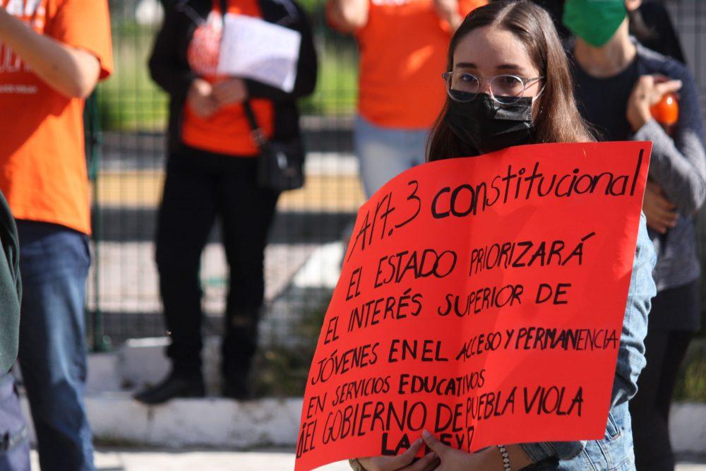 Gritan alumnos de la UDLAP por liberación de su campus