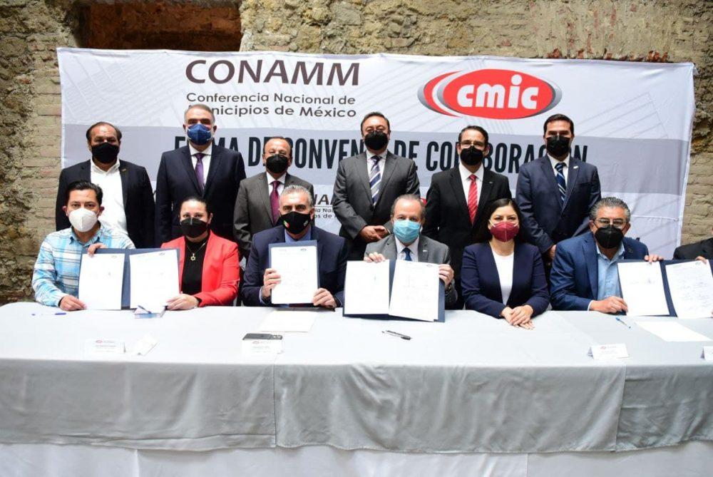 Claudia Rivera Vivanco atestigua firma de convenio entre CMIC y CONAMM