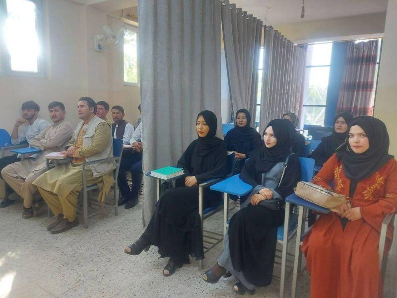 Talibanes permitirán que mujeres estudien, pero separadas de hombres