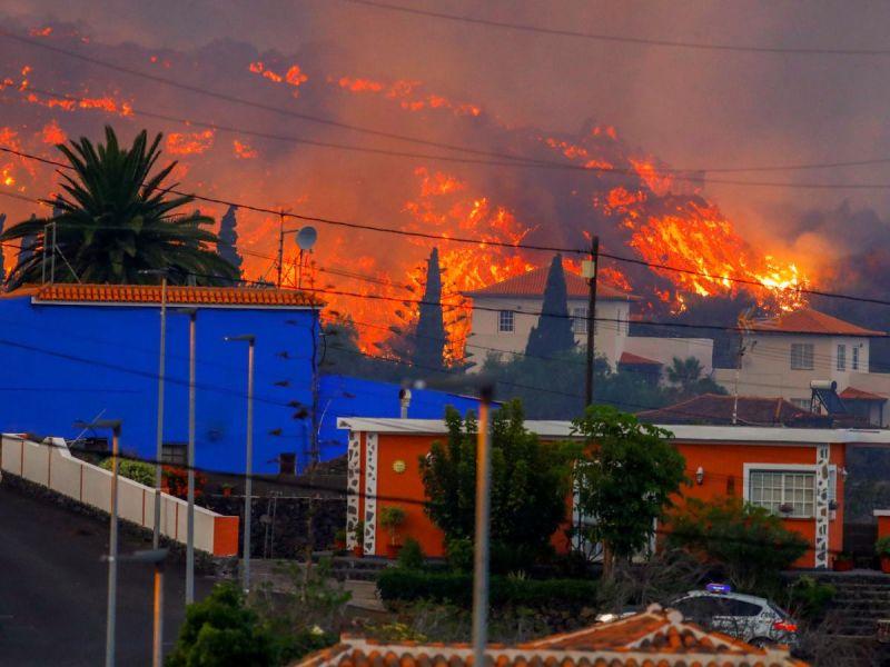 Erupción de volcán en España deja 100 viviendas destruidas y miles de evacuados
