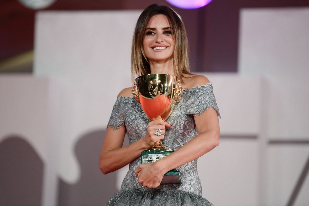 Penélope Cruz se lleva el premio a mejor actriz en Festival de Venecia