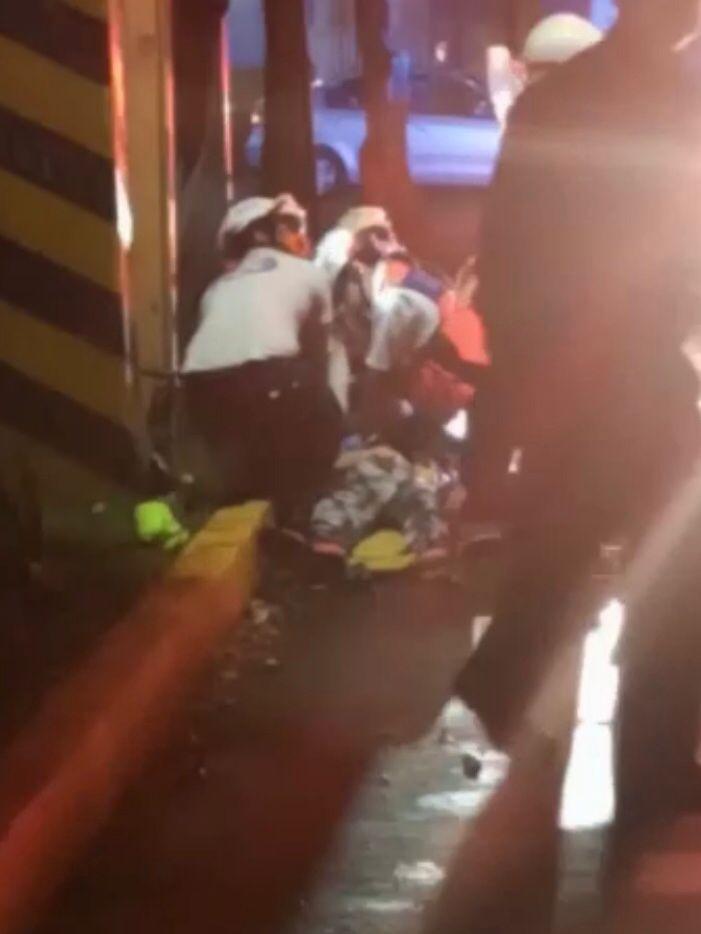 Muere mujer motociclista al chocar con un poste
