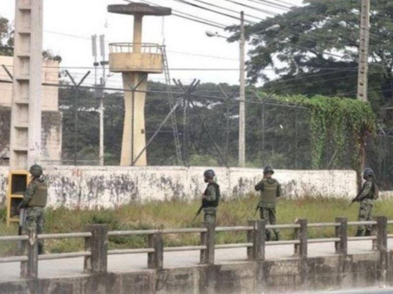 'Guerra' con drones en cárcel de Ecuador; lanzan explosivos