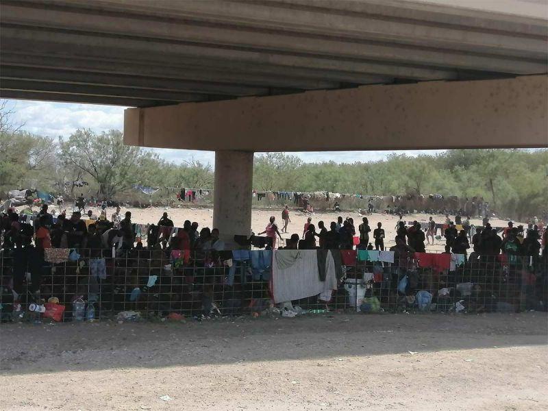 Miles de migrantes haitianos esperan en la frontera México y Texas