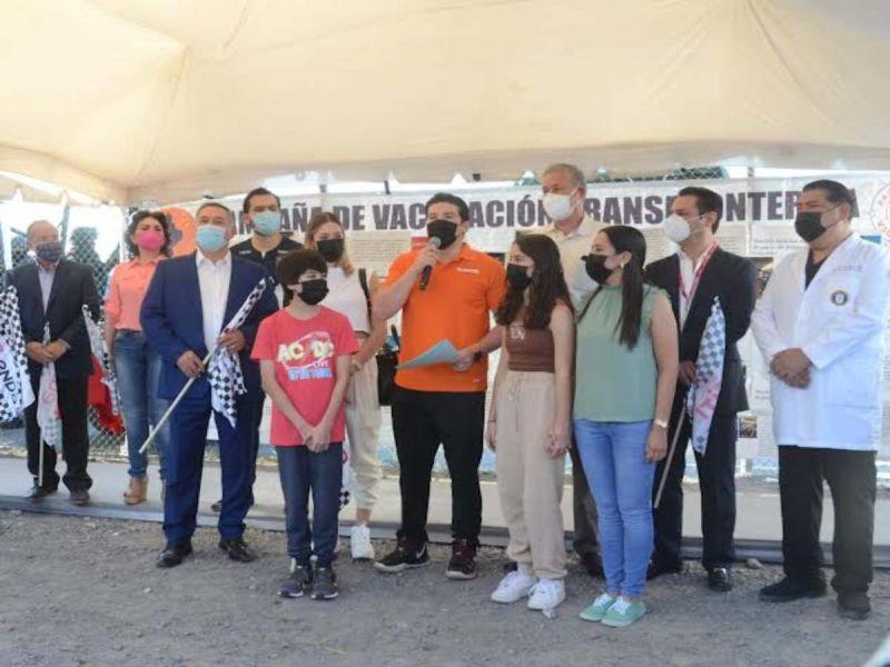 Menores de edad de Nuevo León son vacunados contra covid en frontera con EU