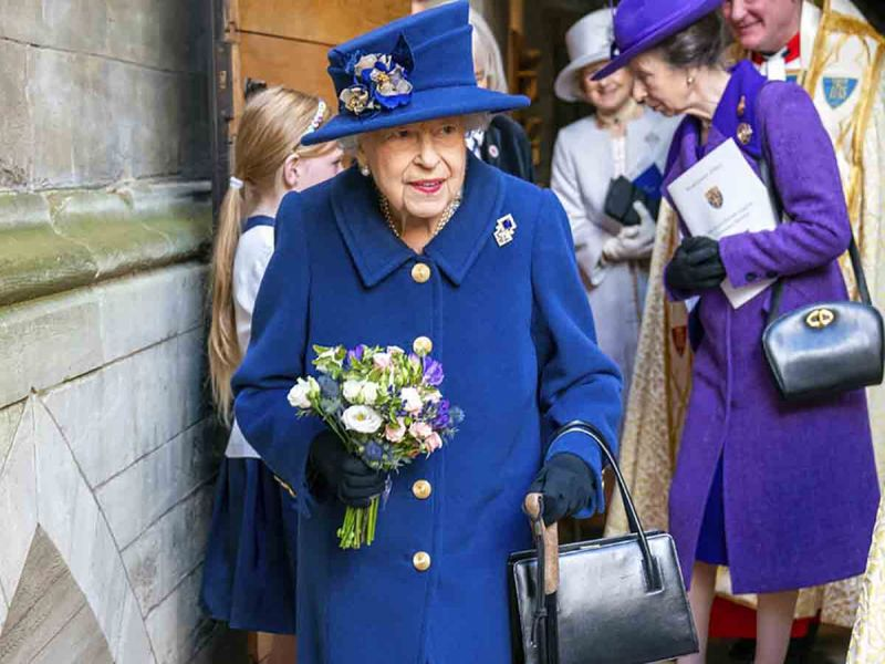 Captan a la reina Isabel II usando bastón en la Abadía de Westminster